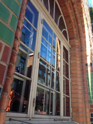 Fönster i tegelvägg