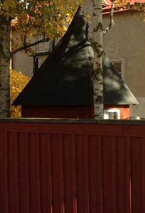 Lekstuga med toppigt tak