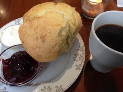 Scones o kaffe på Café Kladdkakan