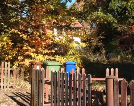 Den Hemliga Trädgården hus o öppen grind