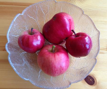 Fyra röda äpplen