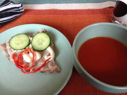 Glad smörgås och tomatsoppa