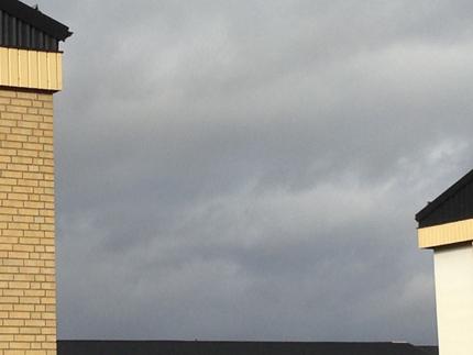 Mörk himmel mellan husen