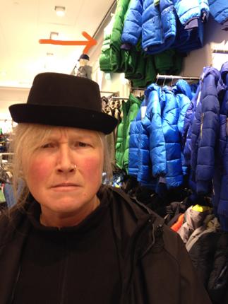 Anna lite i hatten och en grön jacka till Elias