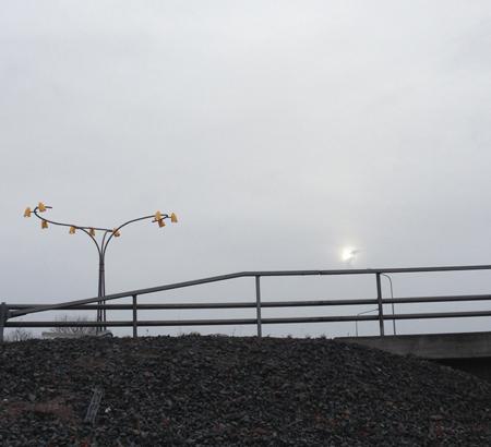 Gatlampa o sol på mulen himmel