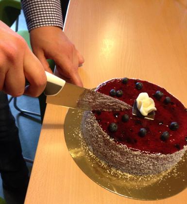 Hand skär tårta med kniv