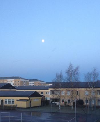 Månen över tennisbanan