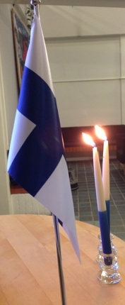 Finsk flagga och två blåvita ljus