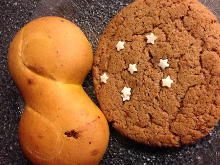 Lussekatt och gingerbreadkaka med stjärnor på.