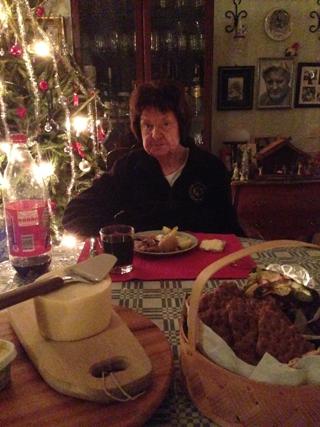 Mamma vid matsalsbordet pappa på väggen
