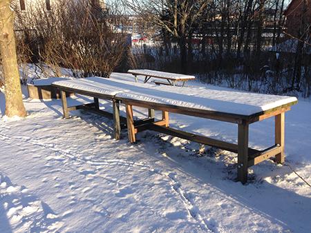Snö på bänkar och stolar