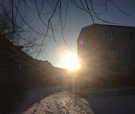Sol mellan husen på jobbet