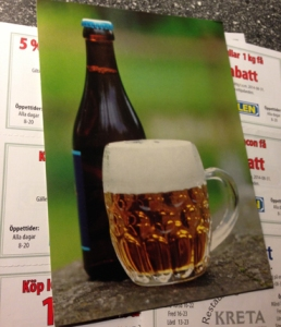 En flaska o ett glas öl o kuponger