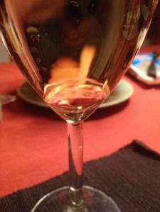 Ett glas chardonnay med räkor bakom