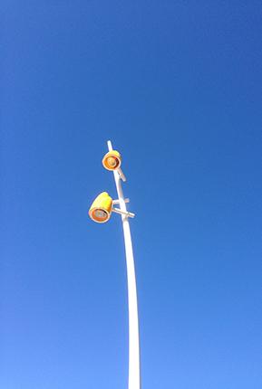 gul lampa mot blå himmel