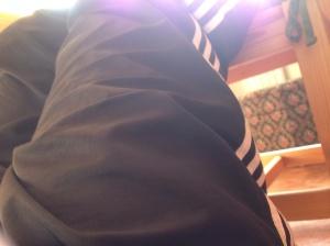 Mitt ben på en köksstol