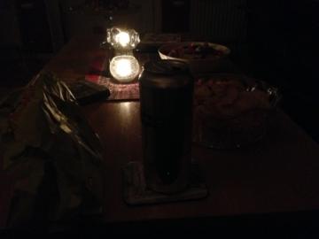 Mörkt med tända ljus