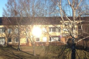 Solen slår i ett fönster