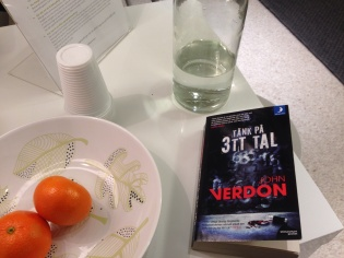 Clementiner vatten och bok i väntrummet
