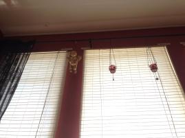 Annas vardagsrumsfönster sett från golvet