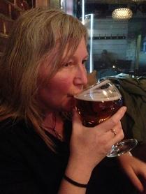 Anna dricker öl