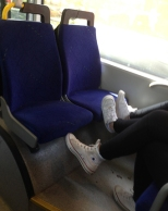 Skor på bussätet