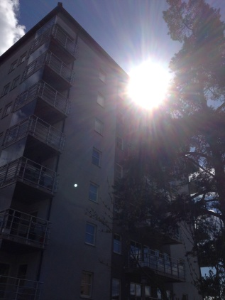 Solen mellan höghusen