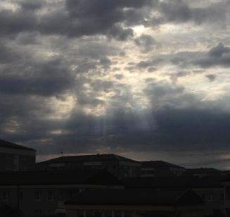 Solstrålar genom molnen