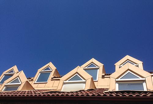 Fönster mot blå himmel