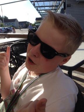 Elias nyklippt med solbrillor
