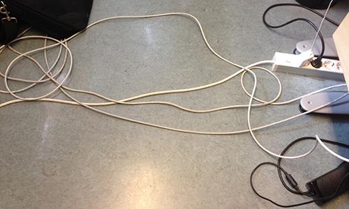 Kablar och sladdar på golvet