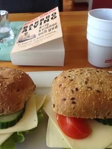Lunch med mackor och Bang hos Systrarna
