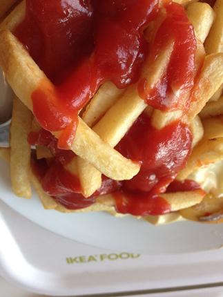 pommes med ketchup på IKEA
