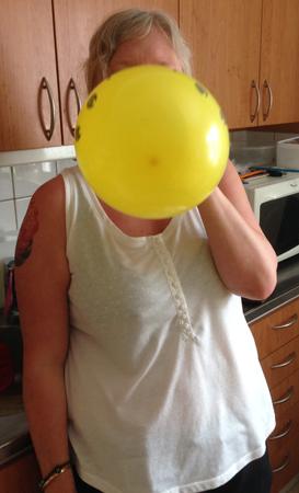 Anna blåser ballong