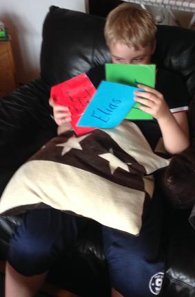 Elias öppnar paket
