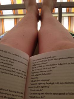 Fötterna upp bok i knäet