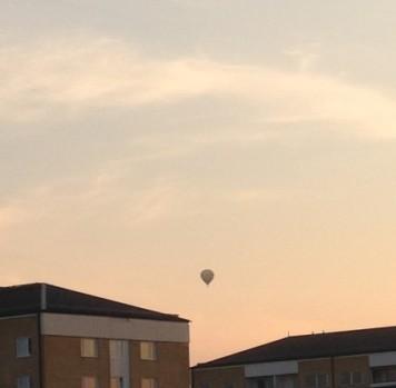 Luftballong mellan husen