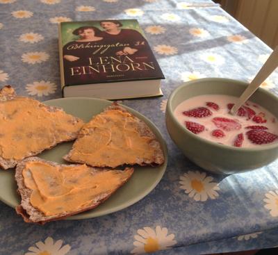 Jordgubbar m mjölk o knäckemackor m kaviar