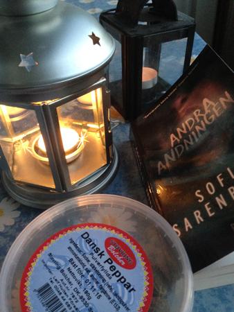 Lykta bok godis på balkongbordet