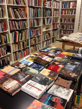 Ordning bland böckerna på Myrorna i Boländerna. Fast lite väl hög musik...