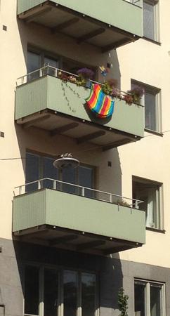 Regnbågsflagga på en balkong på Söder