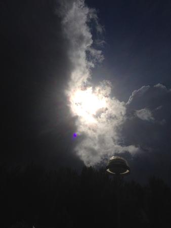 Sol och mörk himmel