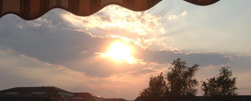 Solen på väg ner bakom husen 5 aug 2014
