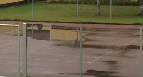 Vatten på tennisbanan
