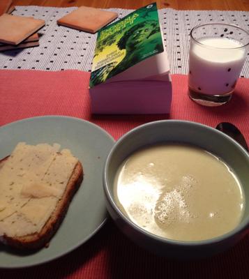 Thaisoppa ostsmörgås mjölk och bok