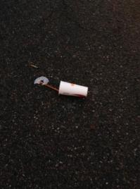 Mugg på asfalt