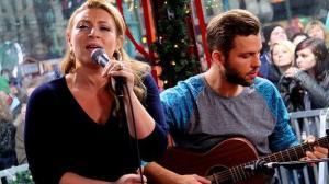Sarah Dawn Finer sjunger för giftaslystna i glasburen.