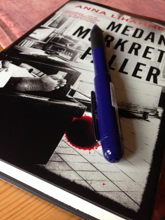 Medan mörkret faller och penna