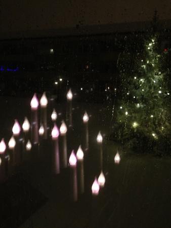 Kvällsbild ett av köksfönstren med adventsljusstake