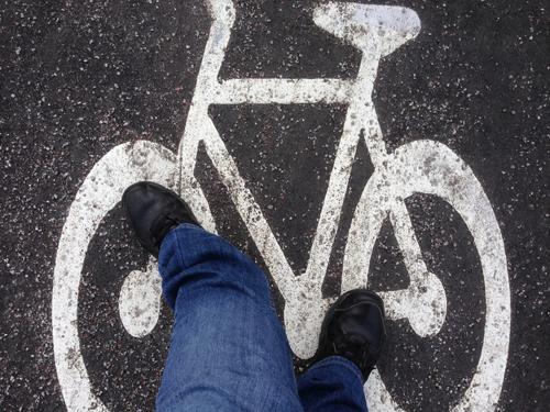 Går på cykelbanan